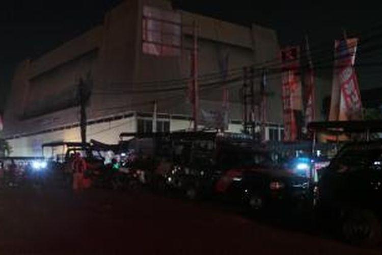 90 mobil Satpol PP berjejer dari Kantor Kelurahan Pasar Minggu sampaj di pinggir jalan Terminal Pasar Minggu awasi PKL berjualan di luar pasar. Rabu (14/8/2013).