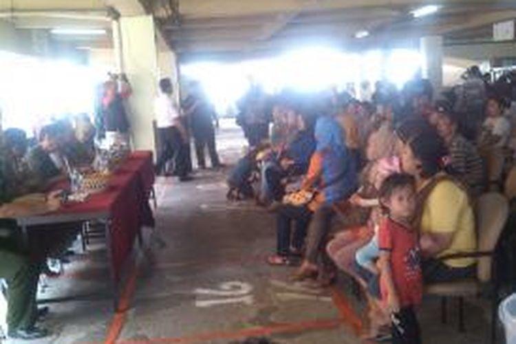 Pengundian lahan dagang di lantai 1 blok C, dihiasi dengan protes warga mengenai kesalahan jenis barang dagangan dan juga ketidak.adaan.nama mereka dalam daftar pedagang yang telah berdagang, Pasar Minggu, Jakarta Selatan, Senin (2/9/2013).