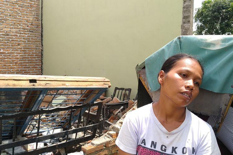 Sri Hardiyanti (30) menceritakan kisahnya saat angin puting beliung berputar dan mengakibatkan kerusakan parah di rumahnya pada Rabu (7/4/2021) sore.