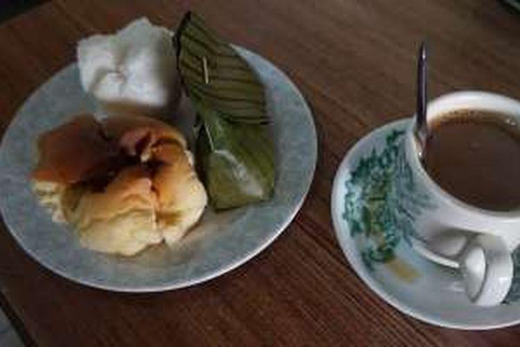 Kopi susu dan aneka kue yang disajikan di Warung Kopi Asiang, Pontianak, Kalimantan Barat, Kamis (14/4/2016).