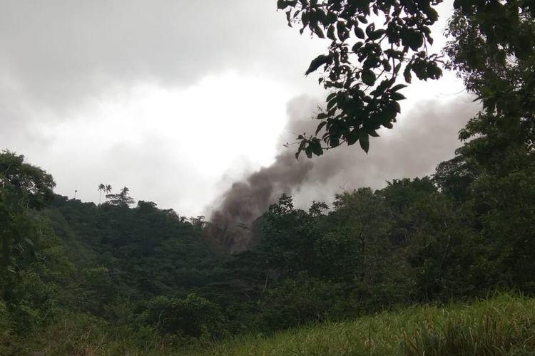 Lelehan lava Gunung Karangetang tampak menghanguskan sejumlah pepohonan yang dilintasinya, Sabtu (2/2/2019).