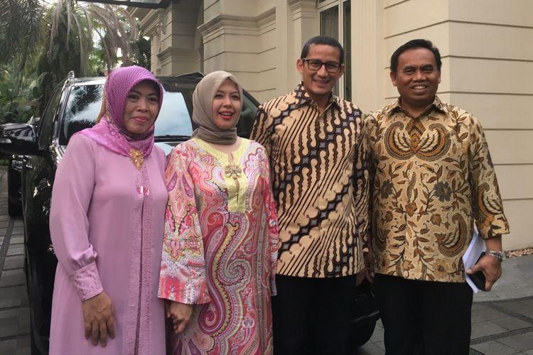 Wakil gubernur terpilih DKI Jakarta Sandiaga Uno (dua dari kanan) menerima Sekretaris Daerah DKI Jakarta Saefullah (kanan) di kediamanan Sandiaga, Jakarta Selatan, Sabtu (8/7/2017).