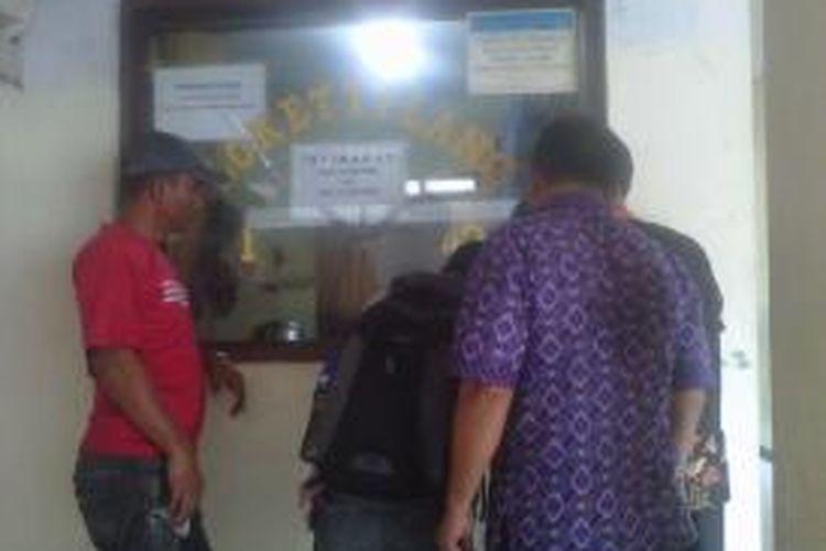 Para pelanggar busway sedang mengambil stnk seusai menjalani sidang tilang.