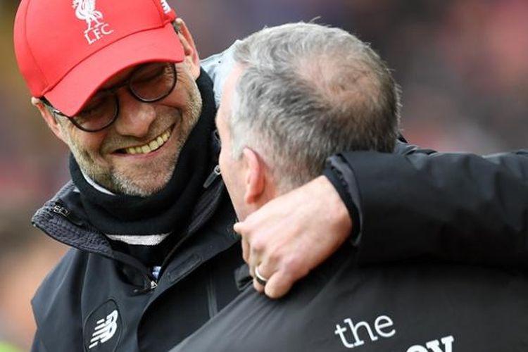Manajer Liverpool, Juergen Klopp (kiri) dan manajer Wolverhampton Wanderers, Paul Lambert, tampak akrab sebelum pertandingan babak keempat Piala FA di Anfield, Liverpool, Sabtu (28/1/2017).