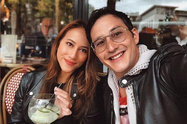 Mike Lewis bersama kekasihnya.