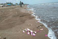 Kecewa Lion Air, Keluarga Korban Pesawat Jatuh Pilih Tabur Bunga di Pantai Tanjungpakis