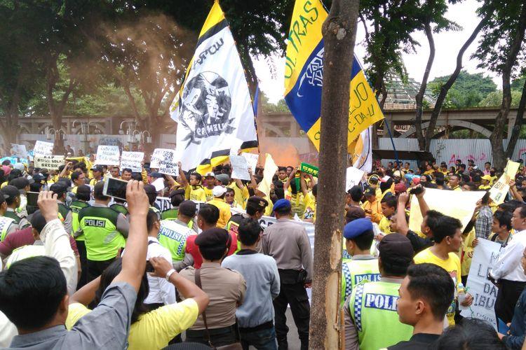 Ultras Mania saat melakukan aksi demonstrasi di depan Gedung DPRD Gresik.