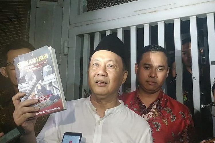 Terdakwa kasus BLBI yang juga mantan Kepala Badan Penyehatan Perbankan Nasional (BPPN) Syafruddin Arsyad Temenggung sempat menunjukkan sebuah buku berjudul Bencana BLBI Dan Krisis Ekonomi Indonesia. Dia dibebaskan dari Rutan KPK setelah kasasinya diterima Mahkamah Agung pada Selasa (9/7/2019).