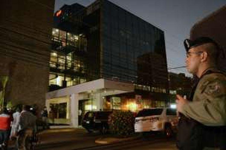 Polisi Panama berjaga di luar gedung kantor pusat firma hukum Mossack Fonseca di Panama City.