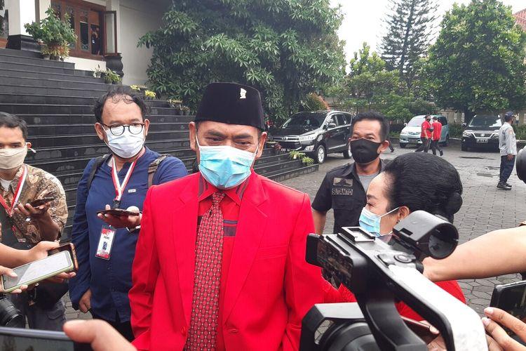 Mantan Wali Kota Solo FX Hadi Rudyatmo bersama istri menghadiri pelantikan Wali Kota dan Wakil Wali Kota Solo terpilih di Gedung Graha Paripurna DPRD Solo, Jawa Tengah, Jumat (26/2/2021).