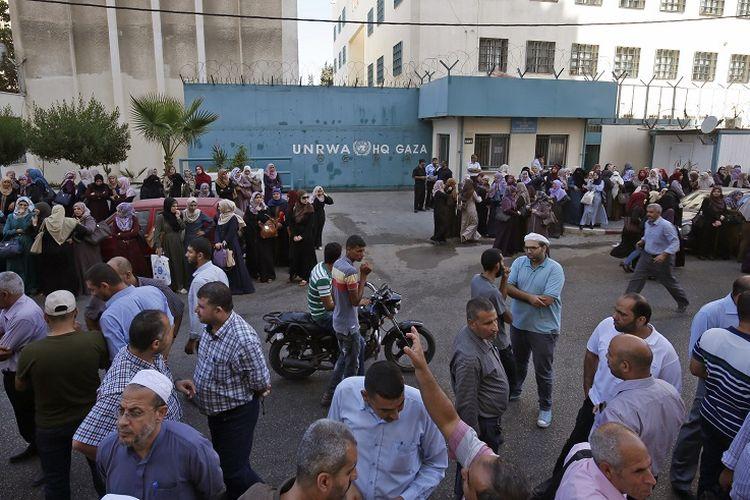 Warga Palestina yang menjadi karyawan badan PBB urusan pengungsi Palestina (UNRWA) melakukan unjuk rasa, Rabu (19/9/2018), terkait rencana PHK terhadap staf lokalnya.