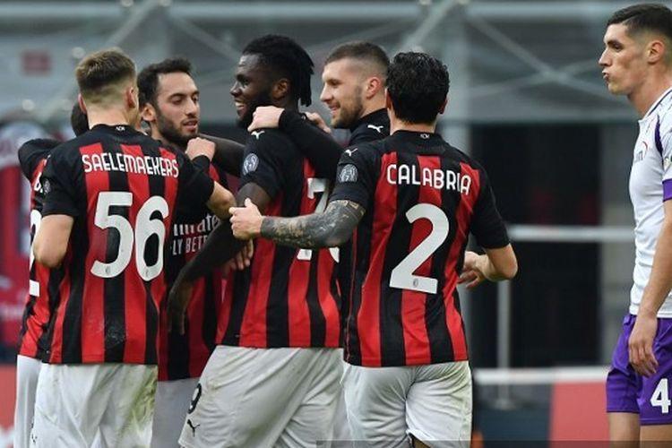 Para pemain AC Milan merayakan gol Franck Kessie ke gawang Fiorentina pada laga pekan kesembilan Liga Italia 2020-2021 di Stadion San Siro, Minggu (29/11/2020) malam WIB.