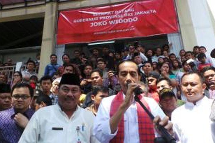 Gubernur Jakarta Joko Widodo saat meresmikan pasar tradisional Jembatan Dua, Jakarta Barat, Jumat (16/5/2014).