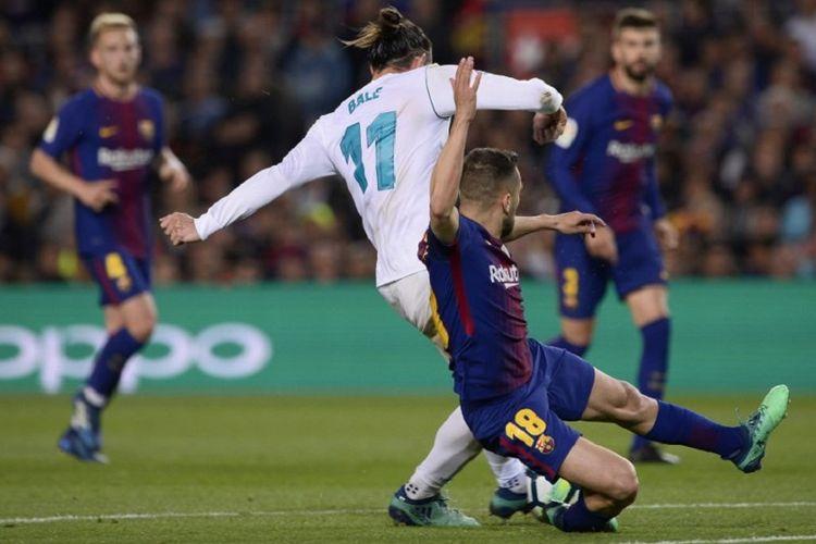 Laga keras terjadi pada El Clasico antara Bacelona dan Real Madrid di Stadion Camp Nou, 6 Mei 2018.