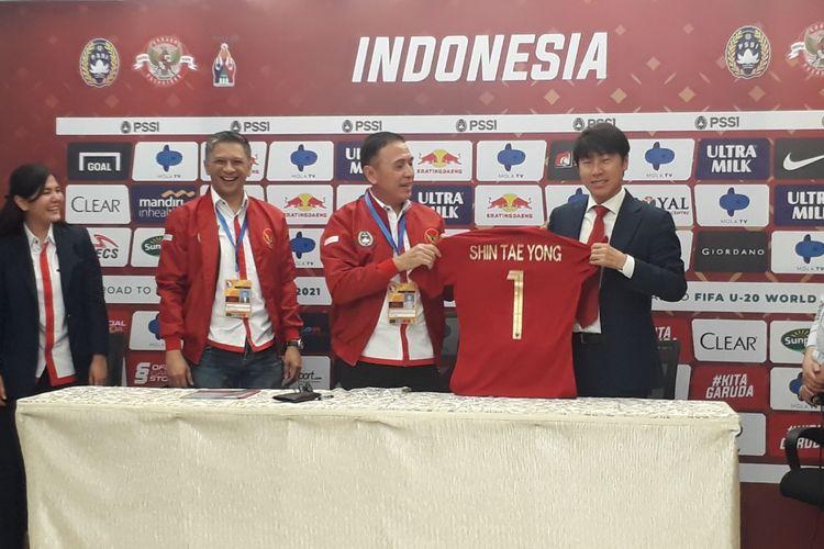 Shin Tae-yong bersama Ketua Umum PSSI, Mochamad Iriawan, saat menyerahkan jersey secara simbolik di Stadion Pakansari, Bogor, Sabtu (28/12/2019)