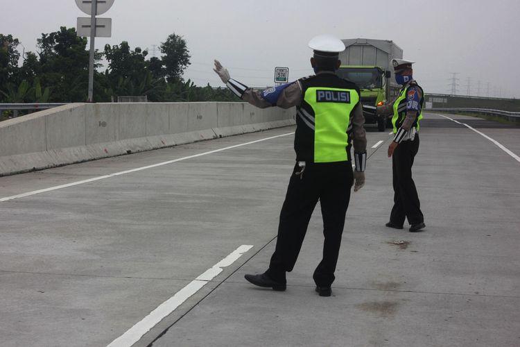 Sembunyi di back truk pemudik asal Jakarta diamankan di exit tol Ngawi oleh petugas. Ke 10 pemudik renacananya akan menuju ke Kabuaten Ponorogo.