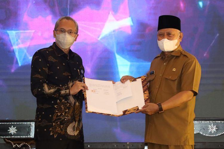 Direktur Jenderal (Dirjen) Pembinaan Pelatihan Vokasi dan Produktivitas (Binalatvoktas) Kemnaker Budi Hartawan dan Bupati Lombok Timur (Lotim) Sukiman Azmy pada acara penandatanganan nota kesepahaman (MoU) kerja sama dan penyerahan lahan hibah di Balai Latihan Kerja (BLK) Lombok Timur, NTB, Senin (3/5/2021).