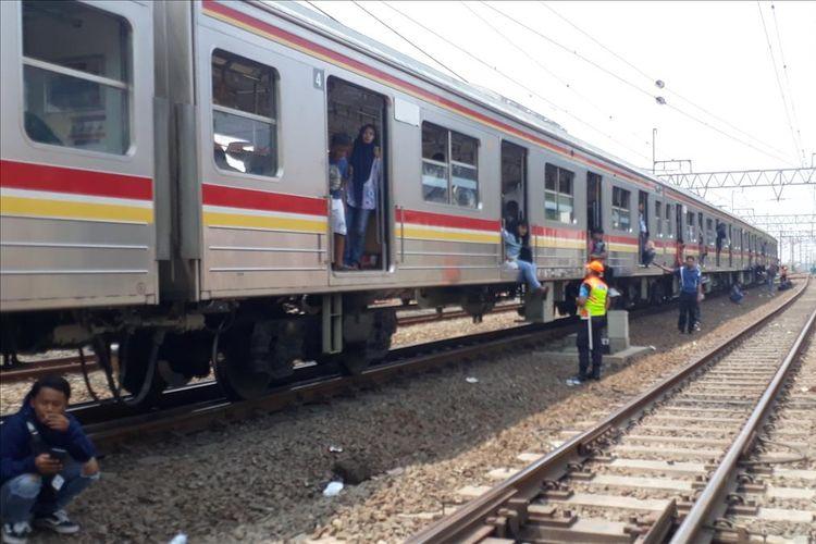 Kereta Listrik (KRL) terhenti karena listrik pada di Jatinegara, Jakarta Timur, Minggu (4/8/2019).