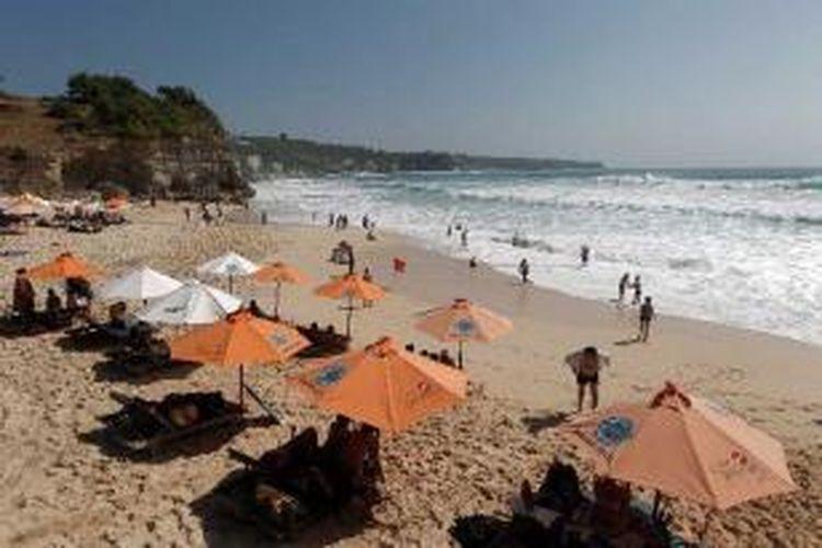 Wisatawan mengunjungi Pantai Dreamland, Bali, Jumat (7/9/2012).