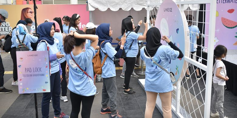 Warga menuliskan harapan mereka akan penyediaan air bersih di acara yang digelar Laneige di Hari Bebas Kendaraan di Jakarta pada awal November 2019.