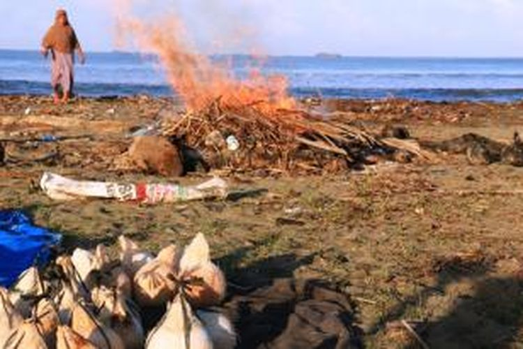 Para penjual kelapa muda bakar di Desa Peunaga, Aceh Barat memilih pinggir laut sebagai lokasi tempat mereka menyiapkan dagangan unik dan berkasiat tersebut karena beralasan mudah mendapatkan kayu bakar.