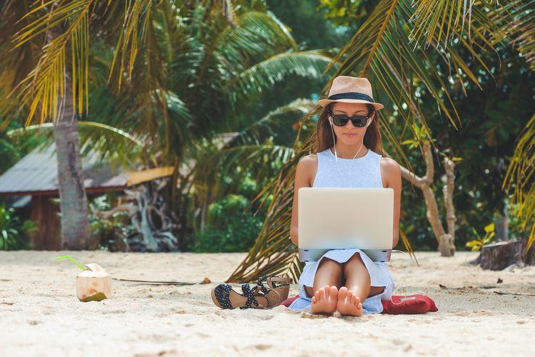 Ilustrasi digital nomad di pantai Bali