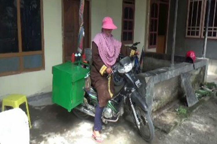 Sairah, pedagang siomay keliling, naik haji setelah 7 tahun menabung dengan sabar
