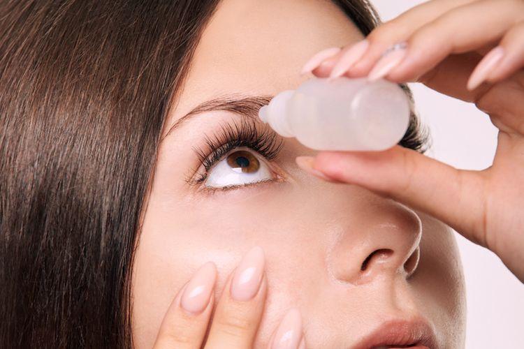 Ilustrasi tetes mata, pencegahan glaukoma penyebab kebutaan.
