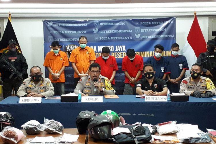 Kapolda Metro Jaya Inspektur Jenderal Polisi Nana Sudjana (kedua kiri) pimpin jumpa pers penangkapan pelaku begal sepeda di Mako Polda Metro Jaya, Sabtu (7/11/2020).