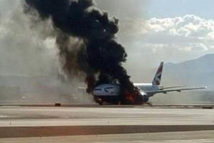 Sebuah pesawat British Airways tujuan Bandara Gatwick, London, yang penuh dengan penumpang terbakar di landasan pacu Bandara McCarran, Las Vegas, AS, Selasa (8/9/2015).