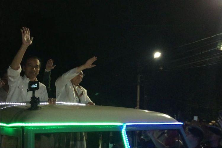 Calon presiden dan calon wakil presiden Joko Widodo-Maruf Amin tiba di gedung Komisi Pemilihan Umum (KPU) RI, Jumat (21/9/2018) malam. Jokowi-Maaruf datang sekitar pukul 19.50 menggunakan mobil Land Rover tahun 1983 dengan  atap terbuka berwarna putih bersama rombongan pendukungnya.
