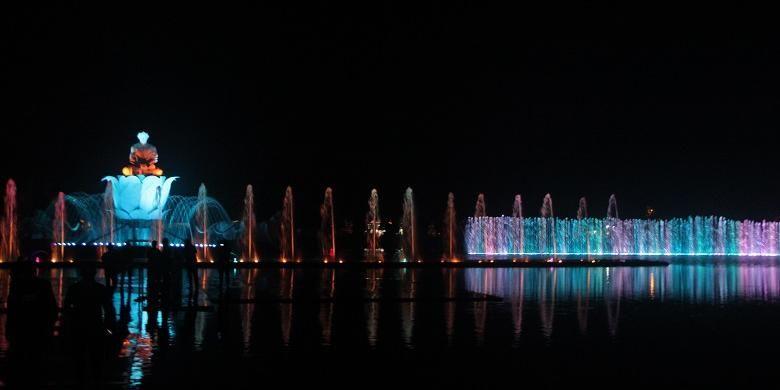 Pertunjukan air mancur di Taman Sri Baduga, Purwakarta, Jawa Barat, Rabu (2/3/2016) malam. Air mancur ini diklaim adalah yang terbesar di Asia Tenggara.