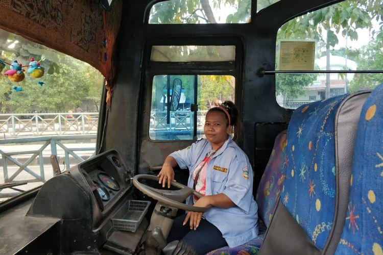 Lia Yulianan, sopir bus 509 yang viral dengan video The Power of Emak-emak, Rabu (6/6/2018)