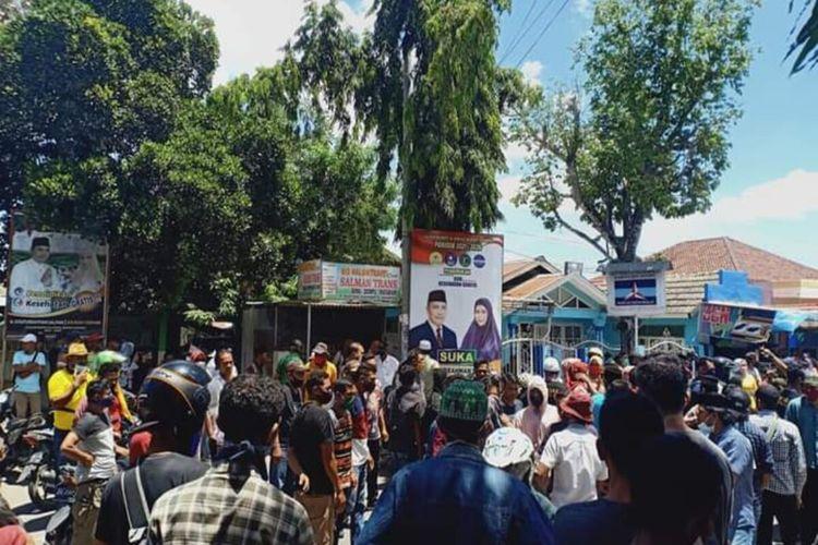 Tak terima Paslon dinyatakan tak memenuhi syarat, ratusan pendukung dan simpatisan berunjukrasa di KPU Dompu, Rabu (23/9/2020).