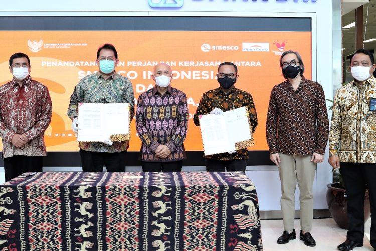 penandatanganan nota kesepahaman (MoU) pembentukan kerja sama dalam pengembangan koperasi dan UKM, antara Smesco Indonesia dengan PT Kimia Farma Tbk, yang disiarkan secara virtual, Rabu (3/3/2021).