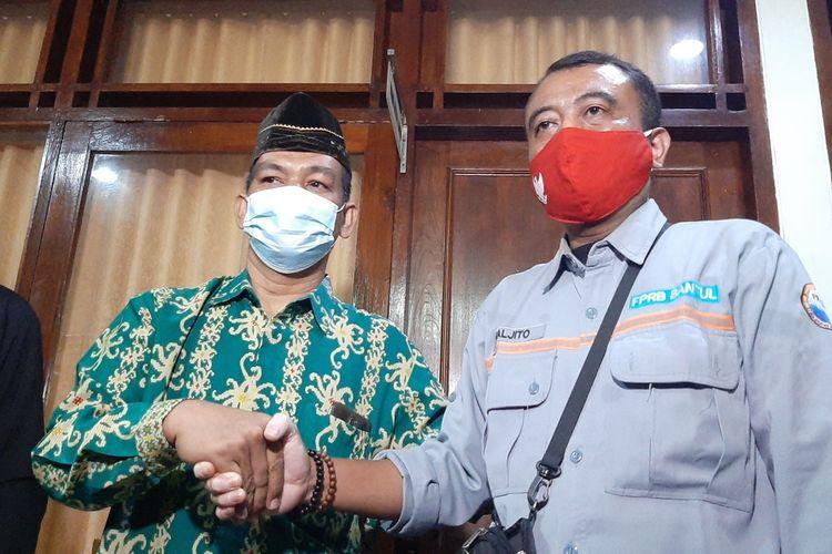 Anggota DPRD Bantul Supriyono (Batik Hijau) bersalaman dengan Ketua FPRB Bantul Waljito di Gedung DPRD Bantul Selasa (23/2/2021)