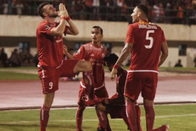 Penyerang Persija Jakarta, Marko Simic merayakan gol ke gawang PSMS Medan pada leg pertama semifinal Piala Presiden di Stadion Manahan, Kota Solo, Sabtu (10/2/2018).