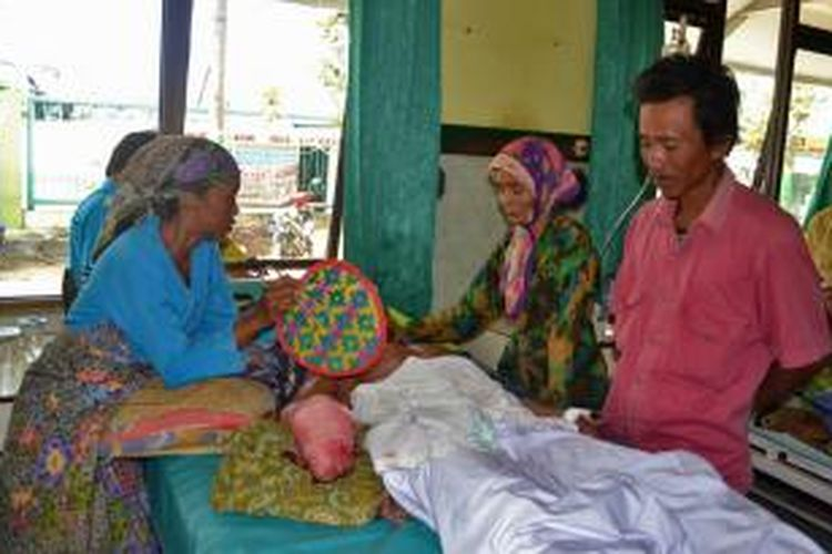 Armuji saat dirawat di rumah sakit Pamekasan, setelah tangannya hampir putus karena terkena ledakan bondet.