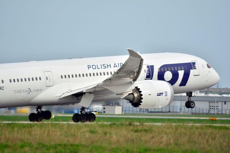 Pesawat Boeing 787 Dreamliner milik maskapai penerbangan Polandia, LOT Polish Airlines.