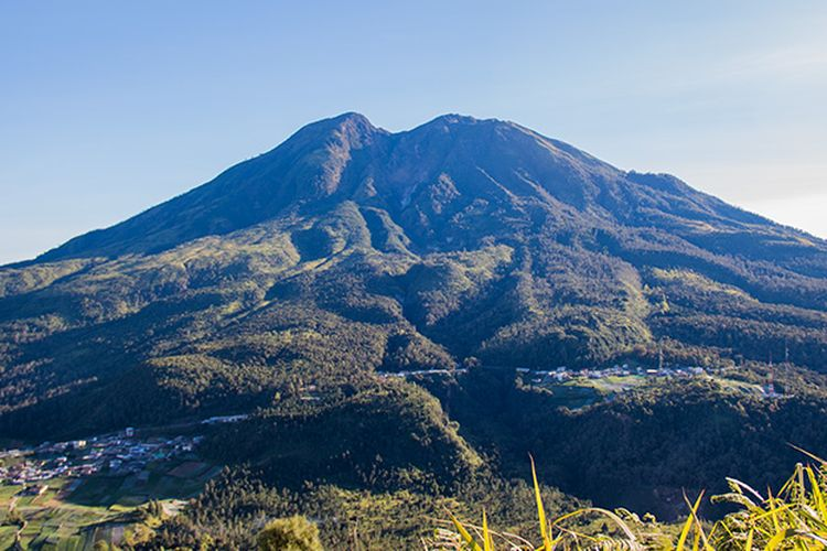 Gunung Lawu dilihat dari Bukit Mongkrang Karanganyar.