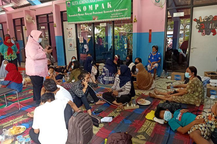Korban kebakaran di Jalan Batu Raya Gang Batu Virus RT 05/07, Menteng Atas, Setiabudi, Jakarta Selatan kini diungsikan ke dua tempat penampungan sementara.
