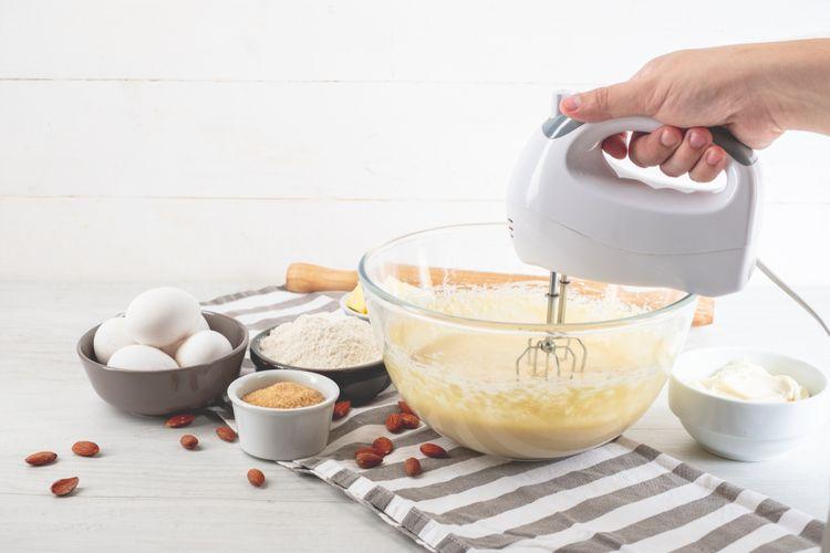 Ilustrasi hand mixer untuk mengaduk bahan kue.