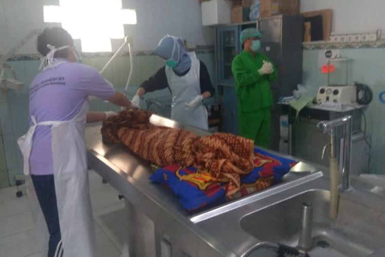 Jenazah Dwi Jayanto murid Sekolah Dasar (SD) yang tewas tersengat listrik di kandang ayam ketika sedang mengejar layang-layang putus ketika berada di ruang kamar jenazah Rumah Sakit (RS) Bhayangkara Palembang, Jumat (18/1/2019).