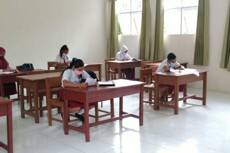 Ujian Sekolah di SDN 003 Sebatik Barat kabupaten Nunukan Kaltara. Sekolah ini memberikan pengajaran luring bagi 6 anak PMI karena terharu dengan tekat mereka untuk terus sekolah di tengah keterbatasan
