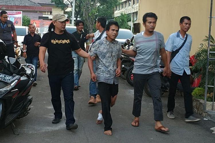 Tersangka Akbar Alfarizi (34) saat diamankan di Polda Sumsel, Rabu (21/8/2019). Akbar merupakan otak pelaku pembunugan sopir taksi online yang menewaskan Sofyan.