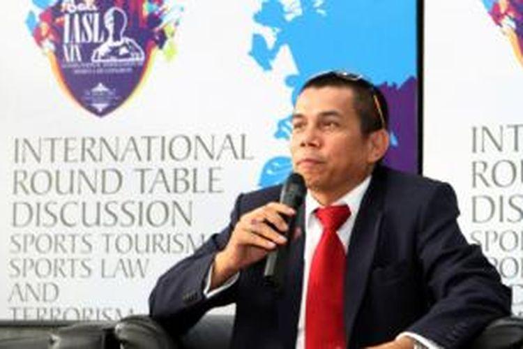 Hinca Pandjaitan saat memberikan keterangan mengenai IASL XIX (International Associations of Sports Law Congress) yang akan digelar di Inna Grand Bali Beach pada 29-30 Oktober 2013.