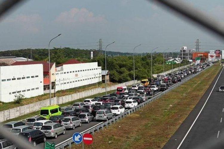 ILUSTRASI : Anteran kendaraan di Jalan Raya Solo-Semarang, kawasan exit tol Ngasem, Kecamatan Colomadu, Karanganyar, Kamis (6/6/2019).