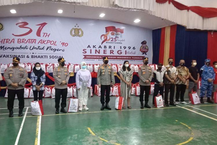 Irwasum Polri Komjen Agung Budi Maryanto, Kapolda Sumbar Irjen Teddy Minahasa beserta jajaran berfoto bersama dengan peserta vaksinasi dari berbagai etnis suku bangsa, Jumat (17/9/2021) di Padang
