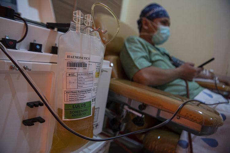 Pasien sembuh COVID-19 mendonorkan plasma konvalesen di Unit Tranfusi Darah (UTD) PMI Palembang, Sumatera Selatan, Senin (18/1/2021). Ketua Umum Palang Merah Indonesia (PMI) Jusuf Kalla menargetkan sebanyak 5.000 orang pasien sembuh COVID-19 mendonorkan plasma konvalesennya dalam satu bulan untuk menekan angka kematian akibat pandemi. ANTARA FOTO/Nova Wahyudi/rwa.
