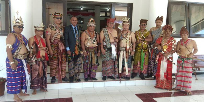 Bupati TTU Raymundus Sau Fernandes (Tengah) dan Bupati Sumba Timur Gideon Mbiliyora, Anggota DPRD NTT Dolvianus Kolo dan sejumlah ASN mengenakan busana adat, usai upacara bendera, di kantor Bupati TTU, Minggu (22/9/2019)